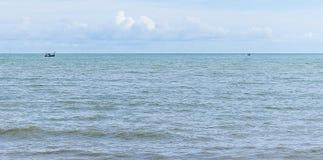 小船在蓝色海有云彩天空背景在泰国 库存图片