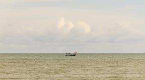 小船在蓝色海有云彩天空背景在泰国 库存照片