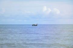 小船在蓝色海有云彩天空背景在泰国 免版税库存照片