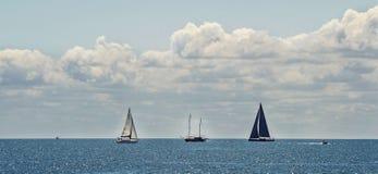 小船在蓝色海,多云天空 图库摄影
