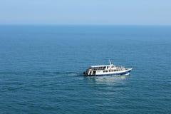 小船在蓝色海 免版税库存图片