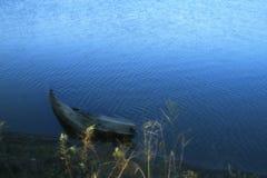 小船在蓝色湖 免版税库存照片