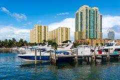 小船在迈阿密海滩小游艇船坞 库存照片