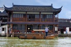 小船在运河供以人员在朱家角 库存照片