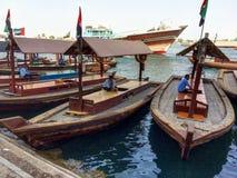 小船在迪拜水域中 免版税库存照片
