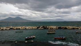 小船在那不勒斯和维苏威在背景中 免版税图库摄影