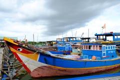 小船在长的儿子浮游物渔村,长的儿子,长的海氏 免版税图库摄影