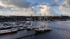 小船在阿姆斯特丹港口 免版税库存照片
