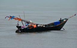 小船在雨中 免版税库存照片