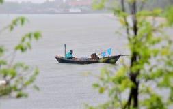 小船在雨中 免版税图库摄影