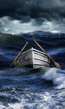 小船在风大浪急的海面 免版税图库摄影