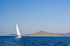 小船在风帆航行附近的克罗地亚海岛 免版税库存照片
