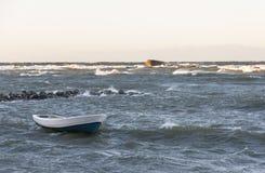 小船在风雨如磐的海 图库摄影