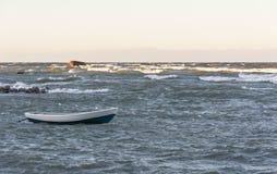 小船在风雨如磐的海 库存照片
