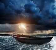 小船在风雨如磐的海 免版税库存图片