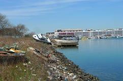 小船在飓风桑迪后熔铸了岸上在风暴以后的六个月在布鲁克林, NY 免版税库存照片