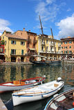 小船在马尔切西内的港口加尔达湖的,意大利 免版税库存图片