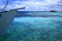 小船在马尔代夫珊瑚海 库存图片
