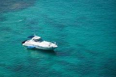 小船在鲜绿色水的盐水湖 库存照片