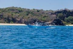 小船在费尔南多・迪诺罗尼亚群岛海岛 库存图片