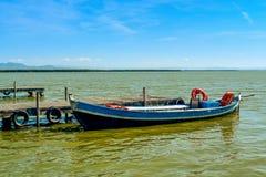 小船在Albufera的一个船坞停泊了,在巴伦西亚,西班牙 图库摄影