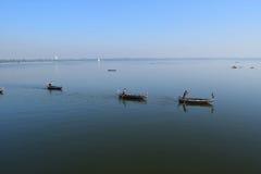 小船在Amarapura附近的Taungthaman湖,缅甸 免版税库存照片
