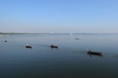 小船在Amarapura附近的Taungthaman湖,缅甸 库存照片