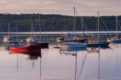 小船在Boothbay港口-垂直 图库摄影