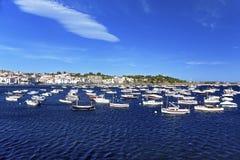 小船在Cadaques港口在夏天 免版税图库摄影