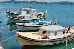 小船在cunda海岛 库存照片