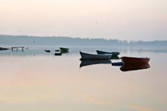 小船在Elk湖,平静,平衡秋天 免版税库存图片
