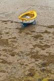 小船在Erquy港口在沙子的在与多云天空的衰退浪潮 图库摄影