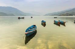 小船在FEVA湖博克拉尼泊尔 库存照片
