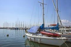 小船在Geneva湖海湾的小游艇船坞在洛桑, Switzerla怀有 免版税库存图片