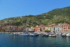 小船在Giglio海岛小港口,地中海,托斯卡纳-意大利的珍珠 图库摄影