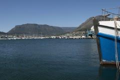 小船在hout海湾的开普敦南非港口 免版税库存照片