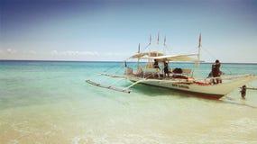 小船在idylic海岛, 免版税库存照片