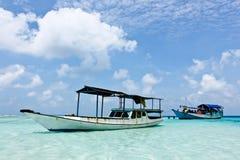 小船在Karimunjawa附近的热带海在印度尼西亚 库存图片