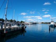 小船在Kewalo盆地港口靠了码头在檀香山 库存图片