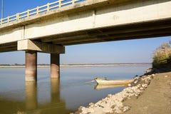 小船在Khushab桥梁-杰赫勒姆河下 库存照片