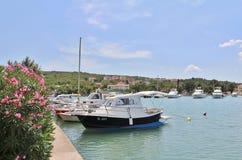 小船在Krk海岛上的Klimno  免版税库存照片