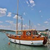 小船在Krk海岛上的Klimno  库存图片