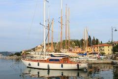 小船在Le Grazie村庄的小港口在意大利 免版税库存图片