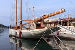 小船在Le Grazie村庄的小港口在意大利 库存照片