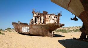 小船在Moynaq、Muynak或者Moynoq附近的沙漠 库存图片