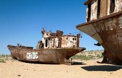 小船在Moynaq、Muynak或者Moynoq附近的沙漠 免版税库存照片