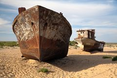 小船在Moynaq -咸海或Aral湖附近的沙漠-乌兹别克斯坦 库存照片