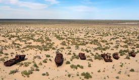 小船在Moynaq -咸海或Aral湖附近的沙漠-乌兹别克斯坦 库存图片