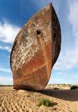小船在Moynaq -咸海或Aral湖附近的沙漠-乌兹别克斯坦 免版税库存图片