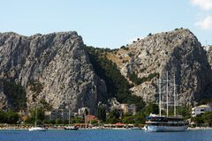 小船在Omis,克罗地亚 库存图片